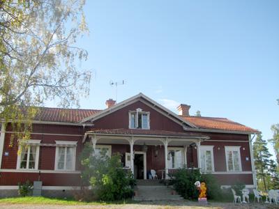 Framsidan på Långhedgården